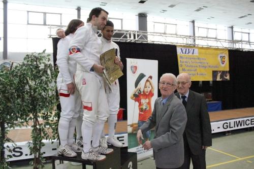 Medale i nagrody, jak co roku oprócz klubowych władz wręczali synowie Franza seniora – Antonii i Aleksander.